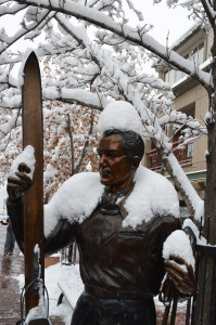 Bronze statues in Gondola Plaza pay tribute to early Aspen skiing pioneers.